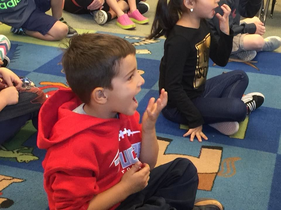 photo of a kinder practicing their sounds in class